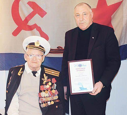 Ветеран Василий ЯКОВЛЕВ и председатель Добрушской районной организации Белорусского союза военных моряков Александр СТАРОТИТОРОВ.
