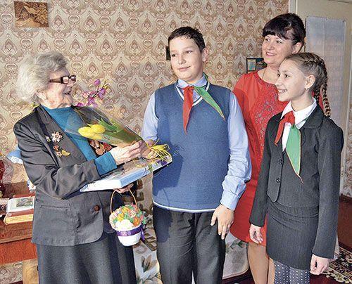 Подарки из рук школьников